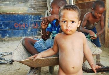 Un niño mira el lente de la cámara