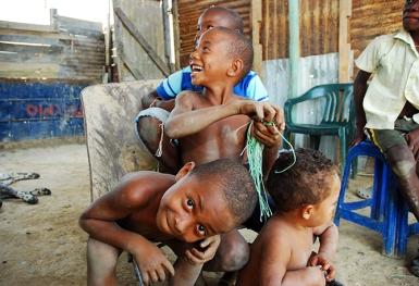 Un niño observa el lente de la cámara cuando es retratado.