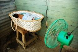 Un bebe duerme adentro de una cesta