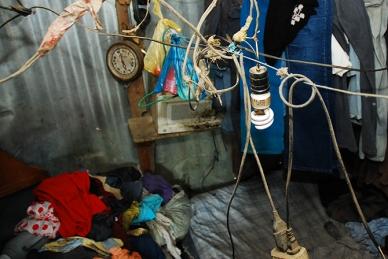 Los cables se encuentran sobre la cama para poder guindar algunas cosas.