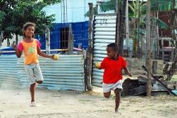 Los niños se divierten jugando con pelotas de palstico.